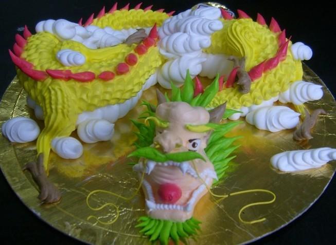 2.学习内容:蛋糕裱花的概述及原辅料知识、鲜奶打发、抹坯子、喷枪使用、色彩搭配及应用、常用字体、多种蛋糕花边、花卉、十二生肖、鸟类、鱼虫、多种卡通动物制作、各种人物、多层蛋糕、欧式水果蛋糕、巧克力蛋糕等.
